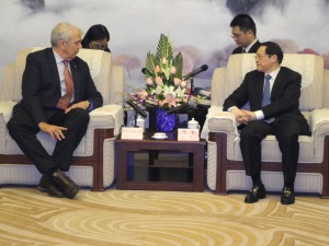 """President"" Jack Waterford talks with state information minister in Chongqing"
